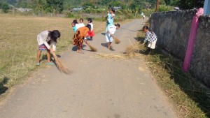 Children of Lairsluid LP School – Ribhoi cleaning the school premises on Terra Madre Day. Photo: NESFAS/Betkhiador Lapang